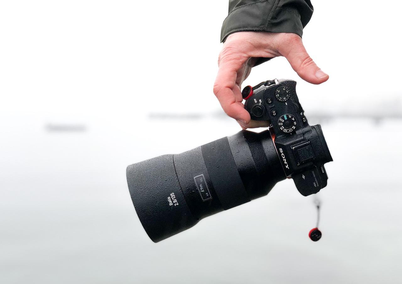 fotocamera mirrorless con obiettivo