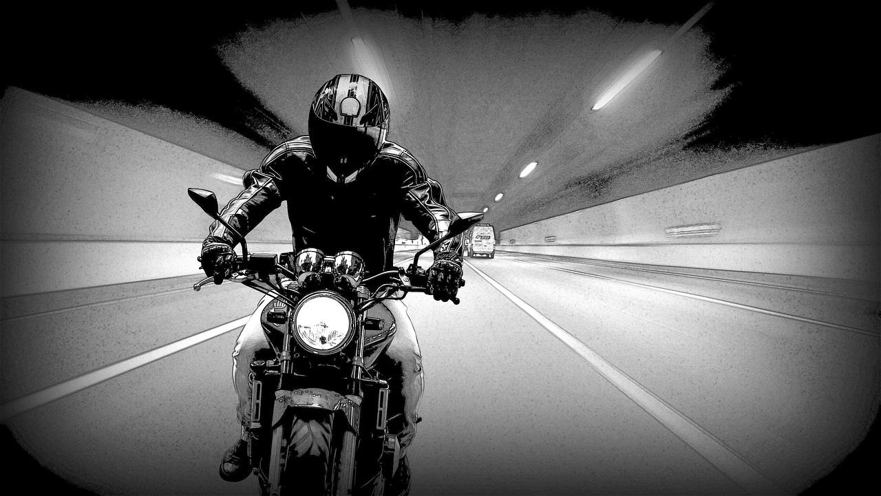 motociclista con casco integrale