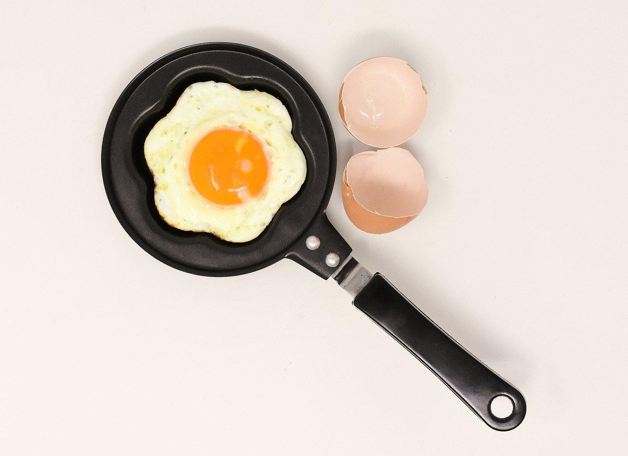 padella in teflon con uovo fritto