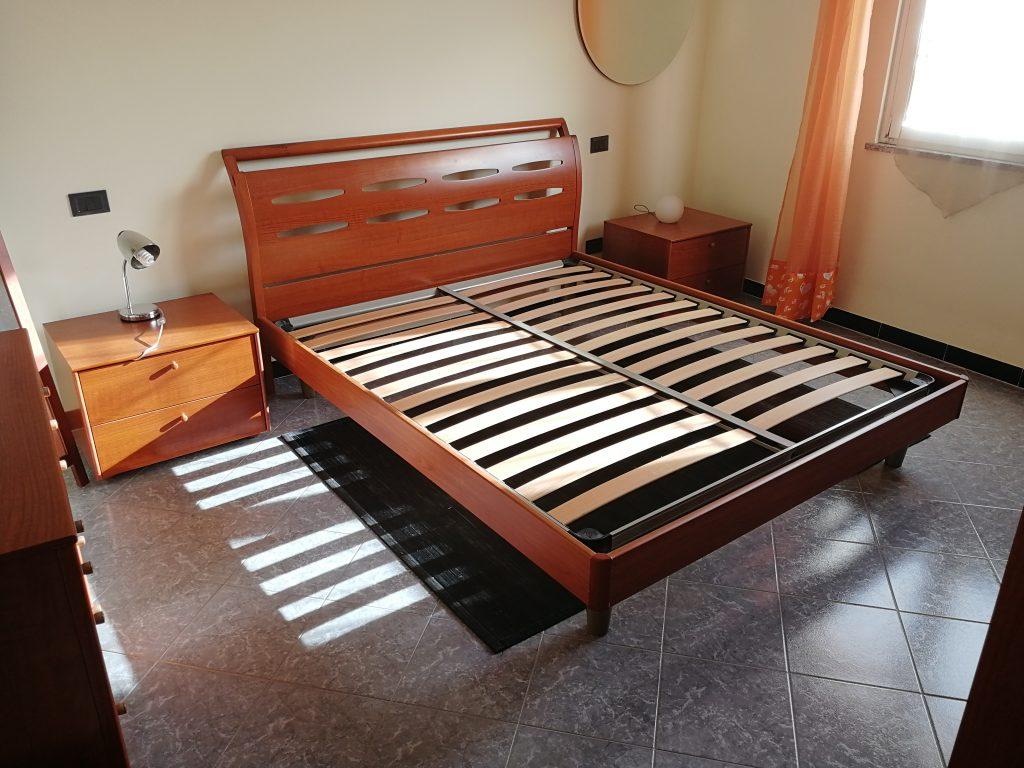 stanza da letto con letto a doghe